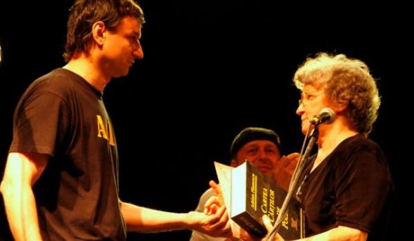 Andrei Paunescu şi mama sa, Constanţa Buzea, în 2005, la un eveniment literar. Între ei, antologia de versuri a lui Adrian Paunescu: Cartea Cărţilor de Poezie (foto: Mediafax)