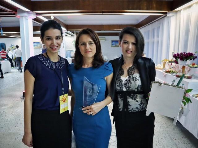Locul I: Mădălina Sultan (cu blogul www.casutaoliviei.ro), alături de Irninis Miricioiu (locul II) și Cătălina Popa (locul III)
